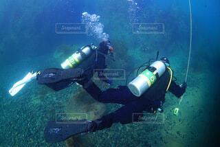 水の中を泳いでいる男の写真・画像素材[4743951]