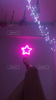 暗い部屋に光る星の写真・画像素材[3668233]