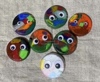 子ども手作り目玉のついたレインボークレヨンの写真・画像素材[3689493]