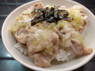 ネギ塩だれ豚丼の写真・画像素材[4872307]