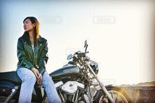 オートバイに座っている女性の写真・画像素材[3646555]
