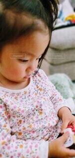 赤ちゃんを抱いた小さな女の子の写真・画像素材[4378346]