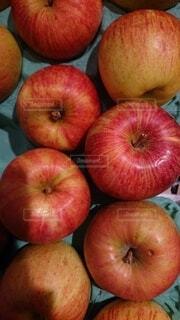リンゴの上に座っている果物の山の写真・画像素材[3645001]