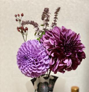 紫色の花で満たされた花瓶の写真・画像素材[3818727]