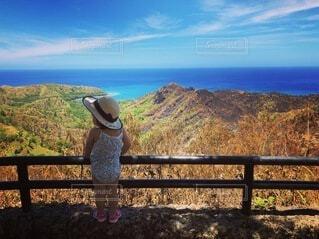 青い空と海と女の子の写真・画像素材[3626924]