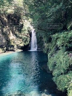 水の体の上に大きな滝の写真・画像素材[3720530]