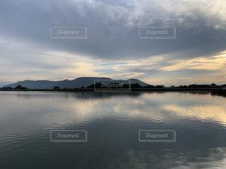 水の体の上の空の雲のグループの写真・画像素材[3796482]