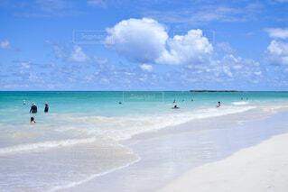 ターコイズブルーの海と白浜の写真・画像素材[4438083]