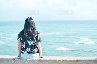 ブルーの海を見下ろす女の子の写真・画像素材[4753748]