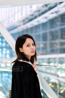 ふりかえる女性 - No.826599