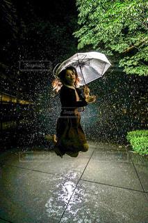 傘を持ってジャンプする女性 - No.826600
