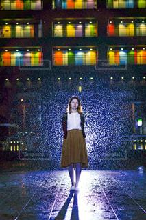 雨の中立っている女性 - No.826601