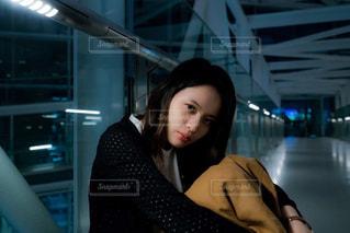 橋の上で座っている女性の写真・画像素材[826603]