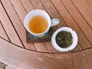 木製テーブルの上のコーヒー カップの写真・画像素材[1011582]
