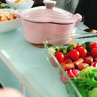 カウンターで新鮮な野菜のボウルの写真・画像素材[1125754]