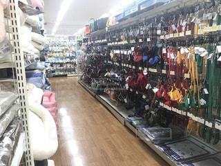たくさんの人でいっぱいの店の写真・画像素材[2724853]