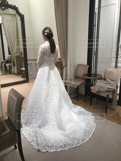 鏡の前に立ってカメラのポーズをとる人の写真・画像素材[4389511]