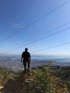 丘の上に立っている男の写真・画像素材[3632732]