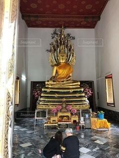 部屋の中の仏像の写真・画像素材[3672132]