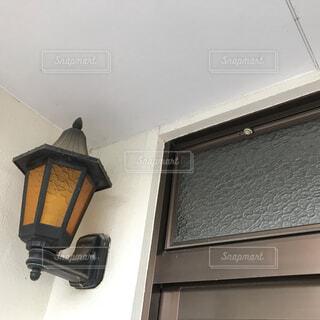 玄関の高い位置にカタツムリの写真・画像素材[3657611]
