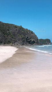 山を背景にしたビーチの写真・画像素材[2315908]
