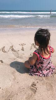 浜辺に座っている小さな子供の写真・画像素材[2317594]