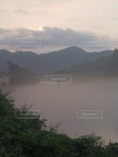 只見川の朝霧と只見線の写真・画像素材[3639856]