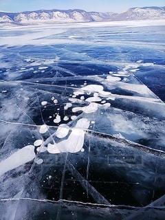 凍結した冬のバイカル湖 アイスバブルの写真・画像素材[3639867]