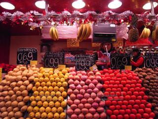 さまざまな店でディスプレイ上の果実の写真・画像素材[1406946]