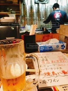 ひとり乾杯ビールの写真・画像素材[3677496]