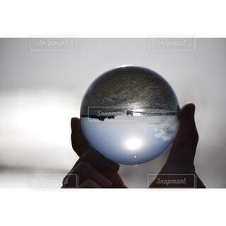 水晶に映る世界の写真・画像素材[3649765]