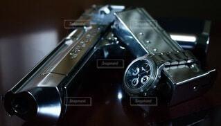 銀色の銃と銀色の腕時計の写真・画像素材[3733091]