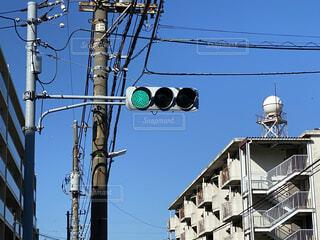 建物の側面からぶら下がっている信号機の写真・画像素材[3667021]