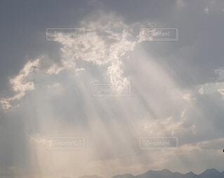 雲のすき間から光差すの写真・画像素材[3660123]