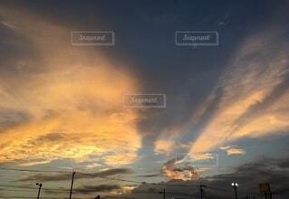 神々しい夕焼けと不思議な雲の写真・画像素材[3665367]