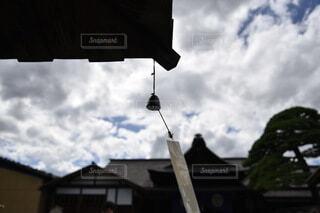 曇った空の前に見える風鈴の写真・画像素材[3652486]
