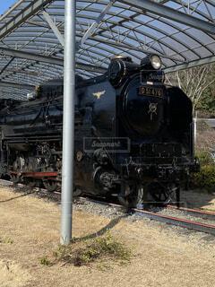 鉄の線路上の列車の写真・画像素材[3652519]