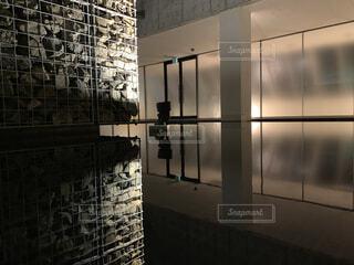 窓のある大きなレンガ造りの建物の写真・画像素材[3658028]