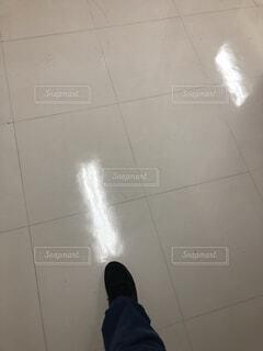 床に立っている人の写真・画像素材[3716584]