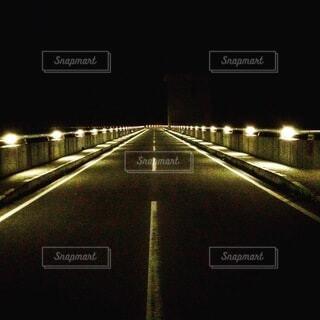 夜にライトアップされたダムの写真・画像素材[3680566]