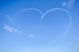 青空に描かれたハートの写真・画像素材[3673920]