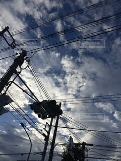 夏空と電線の写真・画像素材[3672417]
