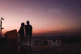 夕日と2人の写真・画像素材[3673002]