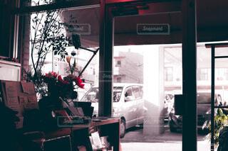 店の窓の前に立っている人の写真・画像素材[3684944]