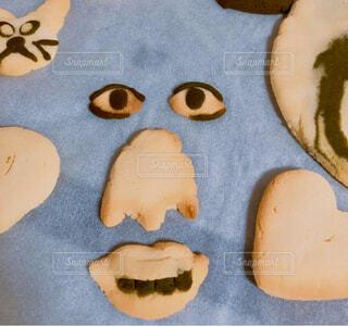 顔のように見えるように作られたケーキの写真・画像素材[3692404]