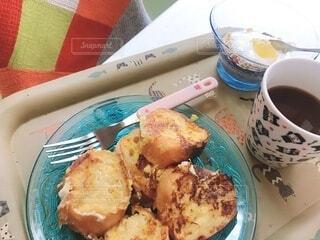 食べ物の皿とコーヒーのカップのクローズアップの写真・画像素材[3678862]