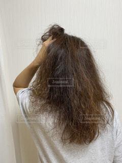 傷んだダメージヘアーをかき上げる女性の写真・画像素材[3685108]