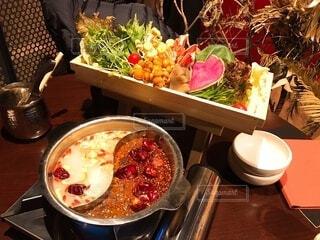 テーブルの上に食べ物を1杯入れるの写真・画像素材[3694385]