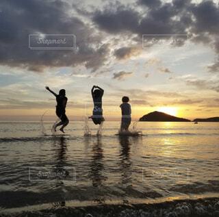 砂浜の上に立つ人々のグループの写真・画像素材[3685687]