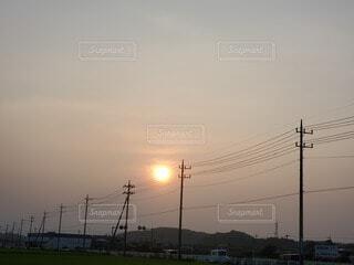 田舎に沈む夕日の写真・画像素材[3686558]